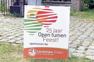 Een glimp van de kunsttuin van Rita Verhuizen in Boksbergheide.