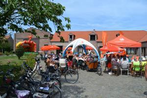 fietsers op een zonnige dag in de durme- en scheldevallei