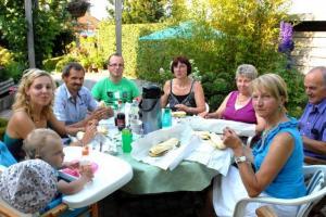 Open tuinen van Landelijke Gilden, het initiatief waarmee particuliere tuinliefhebbers hun tuin openstellen voor geïnteresseerde bezoekers,  blaast 25 kaarsjes uit. Om dit te vieren ging de organisatie op zoek naar de tuin met de leukste G-Plek: Gezellig Genieten in een Groene omgeving.  De laureaten zijn gekend en nodigen de pers uit in hun G-plek-tuin. Een voorproefje van het Open tuinweekend dat plaatsvindt op 24 en 25 juni en 201 deelnemers telt.  Particuliere tuinliefhebbers die hun tuinen openstellen