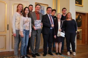 André samen met een delegatie van Landelijke Gilde Roeselare in het stadhuis