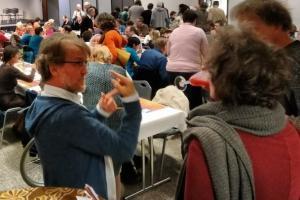Ivan verwikkeld in een enthousiast gesprek met aanwezigen op het Karibu event in Wondelgem