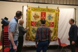 Marc Demeyer, historisch archivaris bij Landelijke Gilden, fotografeert de oude gildevlaggen om ze daarna te kunnen digitaliseren.