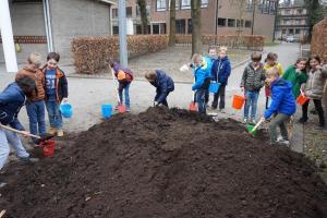 compost uitvoeren, schooltuin Malle